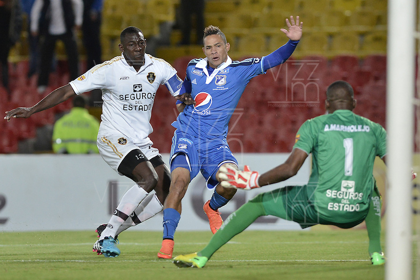BOGOTÁ -COLOMBIA, 27-09-2014. Anderson Plata (C) jugador de Millonarios trata de anotar frente a Dairyn Gonzalez (Izq) jugador y Andres Mosquera (Der) arquero de Fortaleza FC durante partido por la fecha 12 de la Liga Postobón II 2014 jugado en el estadio Nemesio Camacho el Campín de la ciudad de Bogotá./ Anderson Plata (C) player of Millonarios tries to score in front of Dairyn Gonzalez (L) player and Andres Mosquera (R) goalkeeper of Fortaleza FC during the match for the 12th date of the Postobon League II 2014 played at Nemesio Camacho El Campin stadium in Bogotá city. Photo: VizzorImage/ Gabriel Aponte / Staff