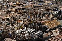 MALI, Bamako, IDP camp Faladjié, Peulh people settled here after ethnic conflicts with Dogon people in the region Mopti, cattle stable of Peulh herdsmen / Faladié, Peulh Fluechtlinge haben sich nach ethnischen Konflikten mit Dogon in der Region Mopti hier angesiedelt, Peulh mit ihren Tierherden