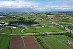 Foto: VidiPhoto<br /> <br /> TIEL – Tussen Deil en Dodewaard moet de langste boomgaard van Nederland aangelegd worden. In totaal gaat het om ruim 24.000 bomen. Doel is Gelderland mooier maken en fijn- en stikstof af te vangen. Wetenschappers van de Wageningen Universiteit & Research hebben nu een tweetal scenario's uitgewerkt om dat plan handen en voeten te geven. In november zouden als alles doorgaat de eerste bomen geplant kunnen worden. Foto: De op- en afritten bij Dodewaard.