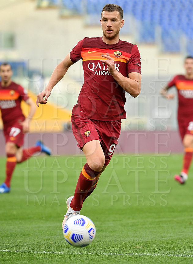 Football, Serie A: AS Roma - Atalanta Olympic stadium, Rome, April 22, 2021. <br /> Roma's Edin Dzeko in action during the Italian Serie A football match between AS Roma and Atalanta at Rome's Olympic stadium, Rome, on April 22, 2021.  <br /> UPDATE IMAGES PRESS/Isabella Bonotto