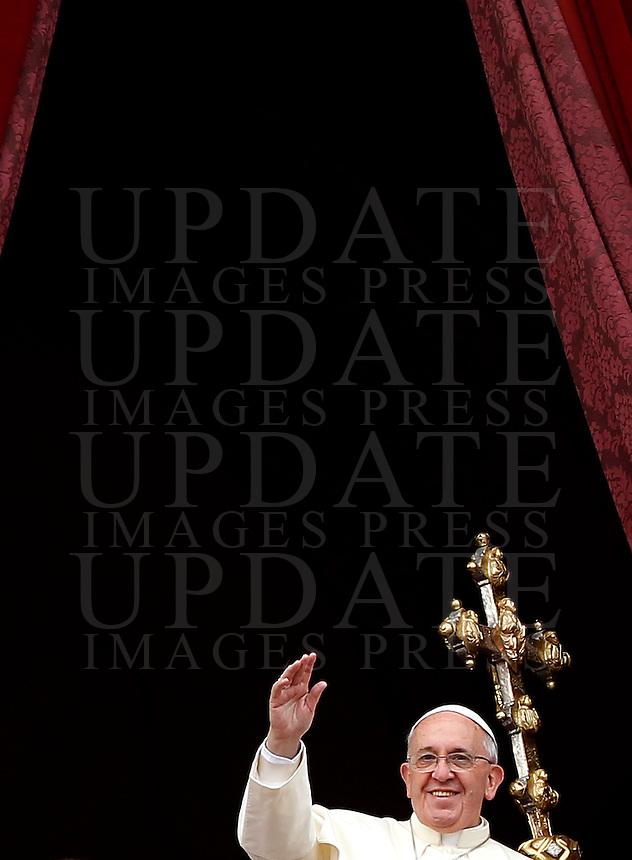 """Papa Francesco saluta i fedeli dopo aver impartito la Benedizione Urbi et Orbi in occasione del Natale, dalla loggia centrale della Basilica di San Pietro, Citta' del Vaticano, 25 dicembre 2013.<br /> Pope Francis waves to faithful after delivering the """"Urbi et Orbi"""" (""""to the City and to the World)"""" blessing on the occasion of the Christmas day from the central loggia of St. Peter's Basilica, Vatican, 25 December 2013.<br /> UPDATE IMAGES PRESS/Isabella Bonotto"""