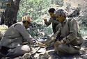 Irak 1985 Dans les zones libérées, région de Lolan, déjeuner des peshmergas sous les arbres  Iraq 1985 In liberated areas, Lolan district, lunch under the trees