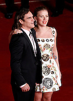 "L'attore, cantante e musicista statunitense Joaquin Phoenix posa con l'attrice, cantante e modella Scarlett Johansson, sul red carpet per la presentazione del film ""Her"" all'ottava edizione del Festival Internazionale del Film di Roma, 10 novembre 2013.<br /> U.S. actor, singer and model Joaquin Phoenix poses with actress, singer and model Scarlett Johansson, right, on the red carpet to present the movie ""Her"" during the 8th edition of the international Rome Film Festival at Rome's Auditorium, 10 November 2013.<br /> UPDATE IMAGES PRESS/Riccardo De Luca"