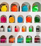 France, Provence-Alpes-Côte d'Azur, Saint-Tropez: display windows showing designer glassware and ceramic | Frankreich, Provence-Alpes-Côte d'Azur, Saint-Tropez: Schaufenster mit Designer Glas- und Keramikwaren in der Altstadt