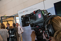 Journalisten warten vor den Fraktionsraeumen der CDU und CSU im Deutschen Bundestag, nachdem die Sitzung des Deutschen Bundestag auf Antrag der CDU/CSU-Fraktion unterbrochen wurde. Grund der Unterbrechung ist der Streit innerhalb der Union ueber den Umgang mit Fluechtlingen. Die Fraktionen tagen getrennt.<br /> 14.6.2018, Berlin<br /> Copyright: Christian-Ditsch.de<br /> [Inhaltsveraendernde Manipulation des Fotos nur nach ausdruecklicher Genehmigung des Fotografen. Vereinbarungen ueber Abtretung von Persoenlichkeitsrechten/Model Release der abgebildeten Person/Personen liegen nicht vor. NO MODEL RELEASE! Nur fuer Redaktionelle Zwecke. Don't publish without copyright Christian-Ditsch.de, Veroeffentlichung nur mit Fotografennennung, sowie gegen Honorar, MwSt. und Beleg. Konto: I N G - D i B a, IBAN DE58500105175400192269, BIC INGDDEFFXXX, Kontakt: post@christian-ditsch.de<br /> Bei der Bearbeitung der Dateiinformationen darf die Urheberkennzeichnung in den EXIF- und  IPTC-Daten nicht entfernt werden, diese sind in digitalen Medien nach §95c UrhG rechtlich geschuetzt. Der Urhebervermerk wird gemaess §13 UrhG verlangt.]