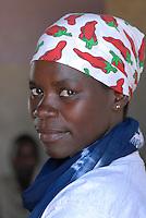 Afrika Ostafrika Tanzania Tansania , Frau mit Kopftuch mit roten Chili Schoten in einem Dorf in Meatu / east africa Tanzania , young woman in village in Meatu district