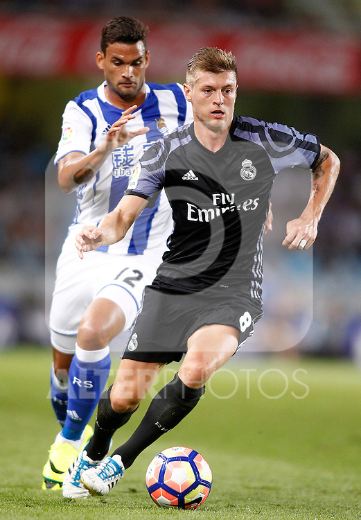 Real Sociedad's William Jose (l) and Real Madrid's Toni Kroos during La Liga match. August 21,2016. (ALTERPHOTOS/Acero)