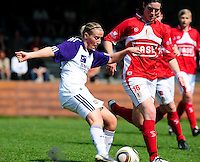 RSC Anderlecht Dames - Standard Femina : Standard kampioen 2010 - 2011 : Marijke Callebaut aan de bal voor Cécile De Gernier.foto DAVID CATRY / Vrouwenteam / Loft6