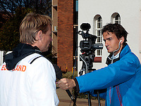 07-07-11, Tennis, South-Afrika, Potchefstroom, Daviscup South-Afrika vs Netherlands, Loting, Tennis tv reporter Jan-Willem de Lange heeft Captain Jan Siemerink voor de camera
