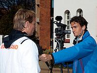 07-07-11, Tennis, South-Afrika, Potchefstroom, Daviscup South-Afrika vs Netherlands, Loting, Tennis tv reporter Jan-Willem de Lange heeft Captain Jan Siemerink voor de camera