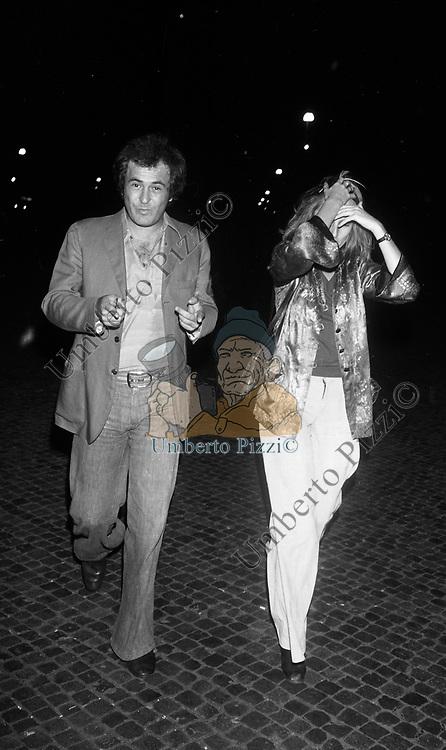 BERNARDO BERTOLUCCI CON LA MOGLIE CLARE PEPLOE<br /> ROMA 1975