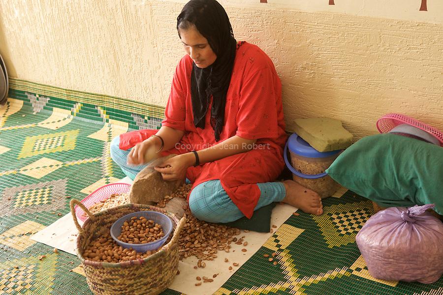 production d'huile d'argan.argan oil productioncoopérative féminine d'huile d'argan, ajddigue dans  le village de Tidzi