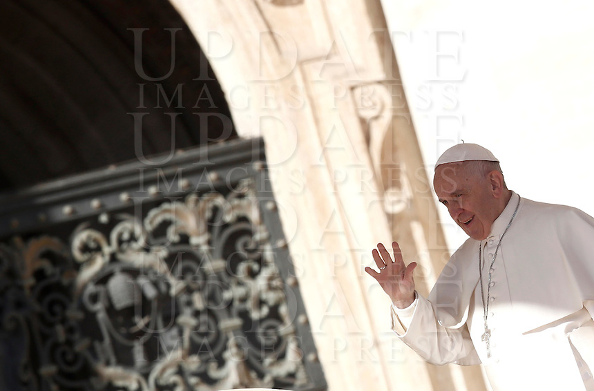 Papa Francesco saluta i fedeli al suo arrivo all'udienza generale del mercoledi' in Piazza San Pietro, Citta' del Vaticano, 9 novembre 2016.<br /> Pope Francis waves to faithful as he arrives for his weekly general audience in St. Peter's Square at the Vatican, 9 November 2016.<br /> UPDATE IMAGES PRESS/Isabella Bonotto<br /> <br /> STRICTLY ONLY FOR EDITORIAL USE