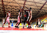 BOGOTA – COLOMBIA - 21 – 05 - 2017: Los jugadores de Piratas y de Cimarrones, durante partido entre Piratas de Bogota y Cimarrones de Choco por la fecha 2 de Liga  Profesional de Baloncesto Colombiano 2017 en partido jugado en el Coliseo El Salitre de la ciudad de Bogota. / The players of Piratas and Cimarrones, during a match between Piratas of Bogota and Cimarrones of Choco, of the date 2 for La Liga  Profesional de Baloncesto Colombiano 2017, game at the El Salitre Coliseum in Bogota City. Photo: VizzorImage / Luis Ramirez / Staff.