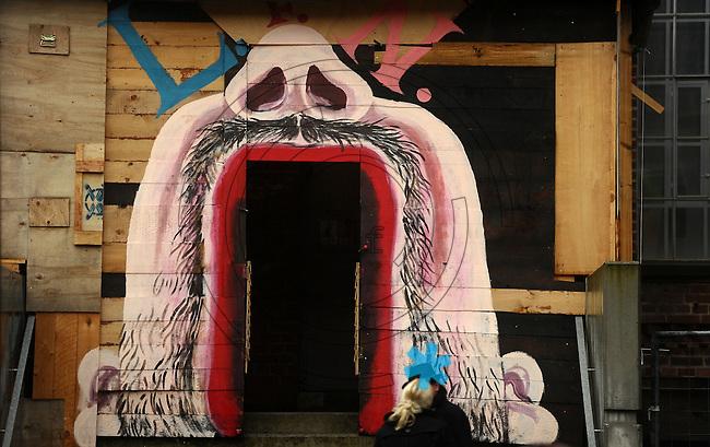 Spinnerei - alte Baumwollspinnerei in Plagwitz / Leipzigs Kunstzentrum / Künstler haben hier ihre Ateliers und zahlreiche Galerien sind in den betagten Gebäuden angesiedelt - im Bild: Ansicht bei Regenwetter - Detail - Hauseingang zu Ausstellungsräumen in Form eines geöffneten Mundes.  Foto: aif / Norman Rembarz..Jegliche kommerzielle wie redaktionelle Nutzung ist honorar- und mehrwertsteuerpflichtig! Persönlichkeitsrechte sind zu wahren. Es wird keine Haftung übernommen bei Verletzung von Rechten Dritter. Autoren-Nennung gem. §13 UrhGes. wird verlangt. Weitergabe an Dritte nur nach  vorheriger Absprache. Online-Nutzung ist separat kostenpflichtig..
