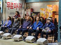 Fußmasage in der U-Bahn in Seoul, Südkorea, Asien<br /> foot massage in Subway-station,  Seoul, South Korea, Asia