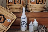 Asie/Japon/Tokyo: Chateau de Kikkoman - Fabrication de la sauce soja - Détail vieilles bouteilles et barils de sauce soja