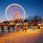 Netherlands, North Holland, Amsterdam: Christmas Ice Skating Scene in Museumplein | Niederlande, Nordholland, Amsterdam: Eislaufbahn am Museumplein zur Weihnachtszeit