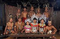 Asie/Malaisie/Bornéo/Sarawak: Ches les Dayak - Portraits des habitants de la longhouse (guerriers, danseurs et musiciens)