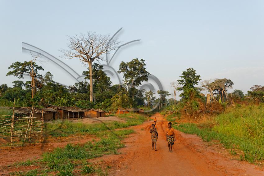 An indigenous village along a forest track.///Un village autochtone au bord d'une piste forestière.