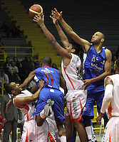 BOGOTA -COLOMBIA-30-05-2014. Hernandez(Der) de Guerreros de Bogota disputa el balon con Perez  de Cafeteros de Armenia durante partido por la semifinal de La Liga Directv 1 de baloncesto jugado en el coliseo El Salitre . Cafeteros  gano a Guerreros  / Hernandez (Der) of Guerreros of Bogota dispute the ball with Perez  of cafeteros de Armenia  during the semifinal match of La Liga Directv 1 basketball played at the Coliseum El Salitre. Cafeteros won a Guerreros. Photo: VizzorImage / Felipe Caicedo /  Staff
