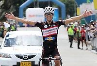 BOGOTA - COLOMBIA - 16  -06 -2013: Rafael Infantino de Antioquia levanta los brazos en señal de ganador de la séptima etapa de la vuelta a Colombia en bicicleta disputada entre la ciudad de Ibagué y Bogotá. (Foto: VizzorImage / Felipe Caicedo / Staff). Rafael Infantino of Antioquia raises arms in winning the seventh stage of the Tour of Colombia cycling race between the city of Ibague and Bogota.<br /> VizzorImage / Felipe Caicedo / Staff