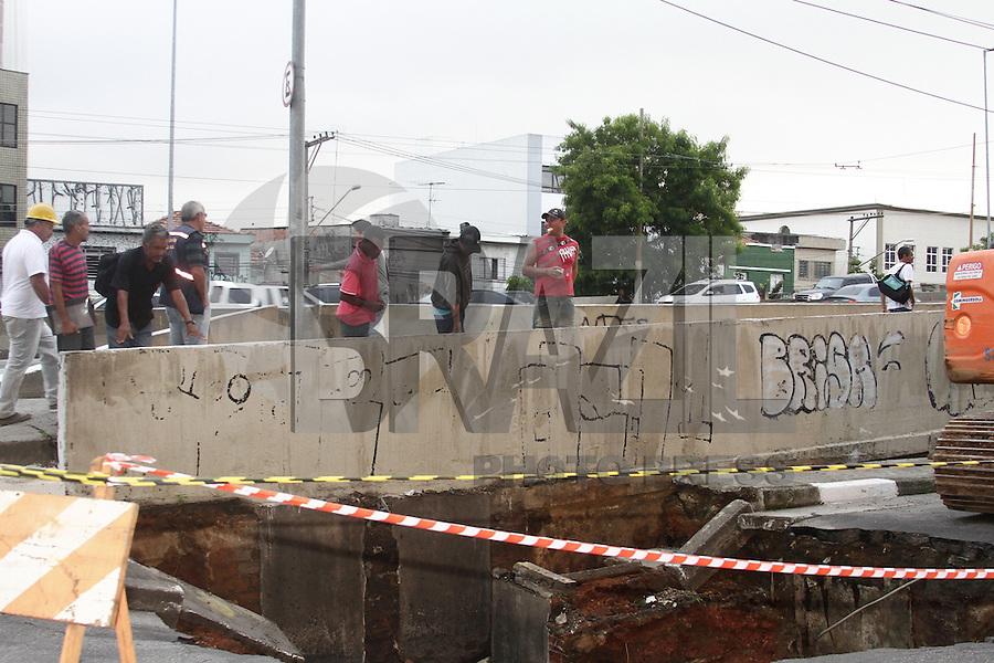 ATENCAO EDITOR: FOTO EMBARGADA PARA VEICULOS INTERNACIONAIS. - SAO PAULO, SP, 18 JANEIRO 2013 - CRATERA AV RUDGE -  Homens trabalhando na cratera aberta entre Av Rudge e Viaduto Eng Orlando Murgel,  região do centro da capital, na manhã dessa sexta-feira, 18-  FOTO: LOLA OLIVEIRA - BRAZIL PHOTO PRESS