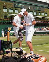 25-06-10, Tennis, England, Wimbledon, Thiemo de Bakker  and  John Isner during changeover, centercourt in the background