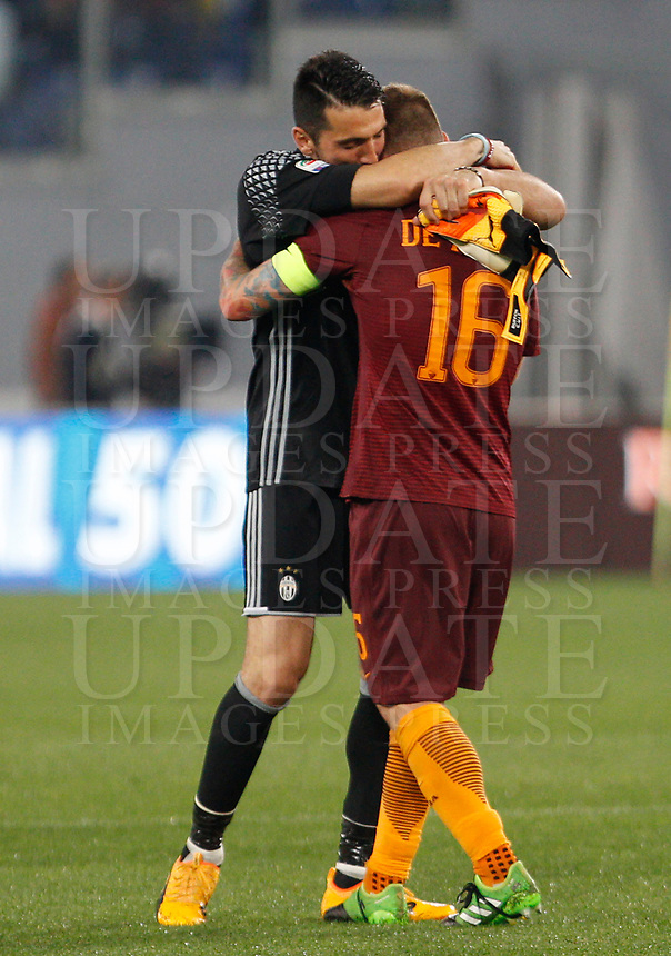 Calcio, Serie A: Roma vs Juventus. Roma, stadio Olimpico, 14 maggio 2017. <br /> Juventus' goalkeeper Gianluigi Buffon, left, greets Roma's Daniele De Rossi at the end of the Italian Serie A football match between Roma and Juventus at Rome's Olympic stadium, 14 May 2017. Roma won 3-1.<br /> UPDATE IMAGES PRESS/Riccardo De Luca
