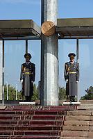 Ehrenwache am Ala Too Ajanti (Platz), Bishkek, Kirgistan, Asien<br /> Guard if honour at Ala Too Ajanti (square), Bishkek, Kirgistan, Asia