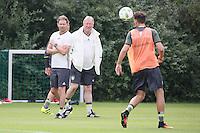 Nationaltrainer Horst Hrubesch und Co-Trainer Marcus Sorg beobachten das Training und geben Anweisungen - Training Deutsche Olympiamannschaft des DFB, Commerzbank Arena, Frankfurt
