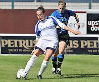 VV Rassing Harelbeke : Kelly Decubber aan de bal voor Lita Pouseele van Club Brugge Dames.Foto DAVID CATRY / Vrouwenteam.be