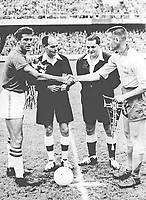 Finale de la Coupe du monde de football en Suede le 29 juin 1958 : match Bresil - Suede :  Santos serre la main de Nils Liedholm avant le match  Neg:45625PL  ---  Finale of FIFA World cup on june 29, 1958 in Sweden :  Santos shaking hand of Nils Liedholm before the match