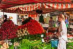 Deutschland, Bayern, Chiemgau, Traunstein: Einkaufen auf dem Wochenmarkt (Bauernmarkt) auf dem Stadtplatz | Germany, Bavaria, Chiemgau, Traunstein: shopping an weekly farmer's market on town square