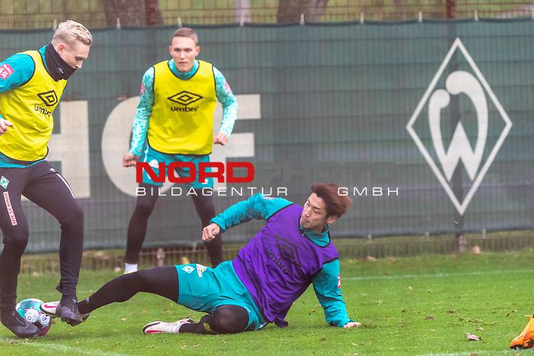 16.11.2020, Trainingsgelaende am wohninvest WESERSTADION - Platz 12, Bremen, GER, 1.FBL, Werder Bremen Training<br /> <br /> <br /> Kevin Möhwald / Moehwald (Werder Bremen #06)<br /> Julian Rieckmann (Werder Bremen II #33)<br /> Yuya Osako (Werder Bremen #08)<br /> <br /> <br /> Foto © nordphoto / Kokenge *** Local Caption ***