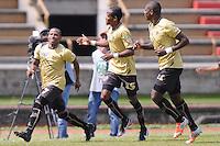 ITAGÜÍ -COLOMBIA-27-04-2013. Victor Cortés (i) del Itagüí celebra el gol del triunfo con Luis Quiñones (c) y Cristian Nazarit (d) en contra de Equidad durante partido de la fecha 13 Liga Postobón 2013-1./ Victor Cortes (l) of Itagüi celebrates the victory goal with Luis Quiñones (c) y Cristian Nazarit (r) against Equidad during match of the 13th date of Postobon League 2013-1.  Photo: VizzorImage/Luis Ríos/STR