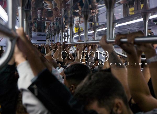 SÃO PAULO, SP, 14.04.2021:  Movimentação CPTM SP -Movimentação de passageiros nos trens da linha 7 Rubi da CPTM , que liga a Estação da Luz da CPTM na região central da cidade de São Paulo até a cidade de Francisco Morato SP. No destaque a aglomeração de passageiros  começo da noite desta quarta -feira (14).