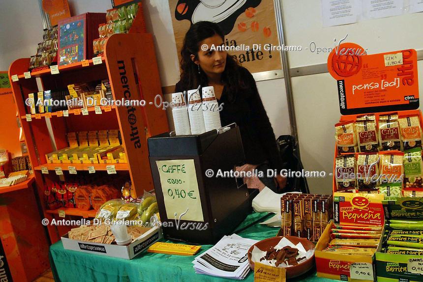 Bancarelle di artigianato e prodotti equosolidali..Stalls of crafts and fair trade products..Altromercato.....