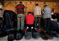 PRISTINA / KOSOVO 1998.FEDELI MUSULMANI DURANTE LA PREGHIERA DEL VENERDI IN UNA MOSCHEA DEL CENTRO..FOTO LIVIO SENIGALLIESI..PRISHTINA / KOSOVO 2000.FRIDAY PRAY IN A MOSQUE..PHOOTO LIVIO SENIGALLIESI
