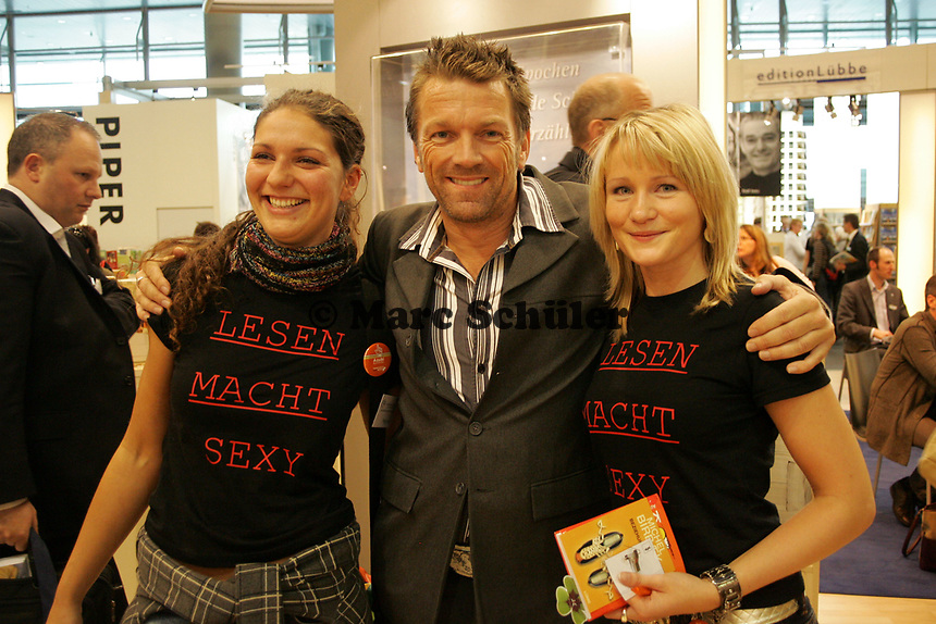 Autor Michel Barbaek mit zwei Mädels auf der Buchmesse