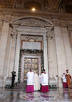 Papa Francesco si prepara ad aprire la Porta Santa, in occasione dell'inizio ufficiale del Giubileo della Misericordia, nella Basilica di San Pietro, Citta' del Vaticano, 8 dicembre 2015.<br /> Pope Francis prepares to open the Holy Door, on the occasion of the start of the Jubilee of Mercy, on St. Peter's Basilica at the Vatican, 8 December 2015.<br /> UPDATE IMAGES PRESS/Bonotto Giagnori<br /> <br /> STRICTLY ONLY FOR EDITORIAL USE<br /> <br /> *** ITALY AND GERMANY OUT ***