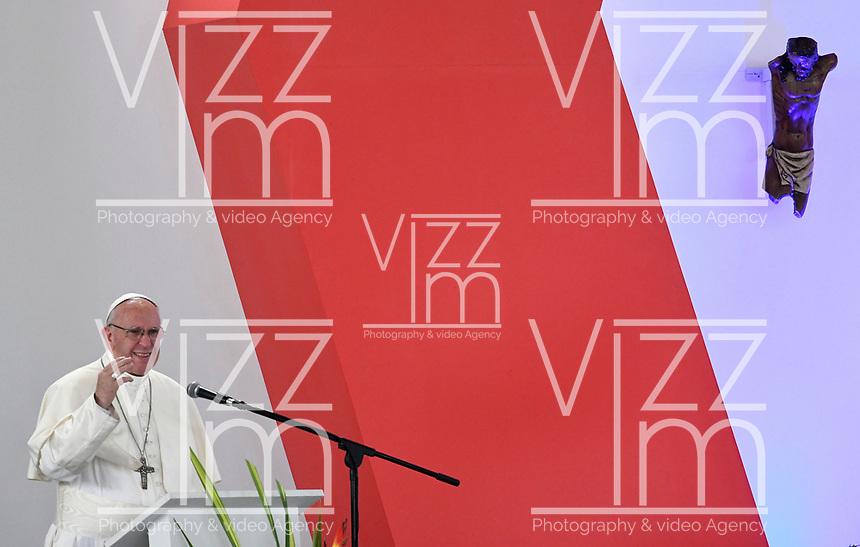VILLAVICENCIO - COLOMBIA, 08-09-2017: El Papa Francisco durante la Oración por la Reconciliación Nacional en el parque Las malocas de Villavicecio. Allí compartió con las víctimas del conflicto armado en Colombia. El Papa Francisco realiza la visita apostólica a Colombia entre el 6 y el 11 de septiembre de 2017 llevando su mensaje de paz y reconciliación por 4 ciudades: Bogotá, Villavicencio, Medellín y Cartagena. /  Pope Francis during Prayer for the National Reconciliation at Las Malikas park in Villavicencio. There he shares with the victims of the war in Colombia Pope Francisco made the apostolic visit to Colombia between September 6 and 11, 2017, bringing his message of peace and reconciliation to 4 cities: Bogota, Villavicencio, Medellin and Cartagena. Photo: VizzorImage / Cristian Alvarez / Cont