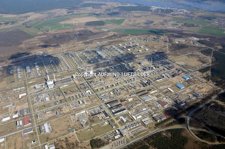 PCK Raffinerie GmbH: EUROPA, DEUTSCHLAND, BRANDENBURG (EUROPE, GERMANY), 05.04.2012 Die PCK Raffinerie GmbH ist ein Erdoelverarbeitungswerk in Schwedt/Oder in der Uckermark (Brandenburg). Das Unternehmen wurde am 30. Dezember 1958 gegruendet. Die PCK Raffinerie in Schwedt versorgt zu 95 Prozent die Hauptstadt Berlin mit Kraftstoffen, also Benzin, Diesel, Flugturbinenkraftstoff und Heizoel. Der Marktanteil an der gesamtdeutschen Kraftstoffproduktion betraegt etwa zehn Prozent. Die Abkuerzung PCK stand bis 1991 fuer Petrolchemisches Kombinat, ab 1991 für Petrolchemie und Kraftstoffe und wird seit der Umwandlung von einer Aktiengesellschaft in eine GmbH als Eigenname verwendet..