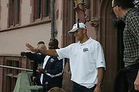 Jeff Brown (Cornerback Frankfurt Galaxy) begr¸flt die Fans
