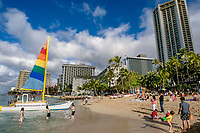 tourists, hotels and boat tours on the seafront on the beach of Waikiki Beach, Oahu, Hawaii, USA, Pacific Ocean