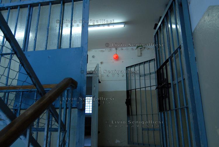 Berlin / Germany 2009<br /> Berlin-Hohenschönhausen Memorial.<br /> Veduta dei corridoi sotterranei della prigione della STASI alla periferia di Berlino Est. Per vari decenni è stato il luogo in cui venivano incarcerati i dissidenti e coloro che cercavano di fuggire dalla DDR. Dopo la caduta del Muro la prigione è stata chiusa. Ora è un Museo dove alcuni ex-detenuti accompagnano migliaia di studenti e di turisti raccontando le condizioni di vita e gli interrogatori subiti durante le lunghe detenzioni.<br /> View of the underground corridors of the prison of the Stasi on the outskirts of East Berlin. For several decades it has been the place where they were imprisoned dissidents and those who tried to escape from the GDR. After the fall of the Berlin Wall the prison was closed. It is now a museum where some former prisoners accompany thousands of students and tourists describing the living conditions and interrogation occurred during the long-term detention,<br /> Photo Livio Senigalliesi