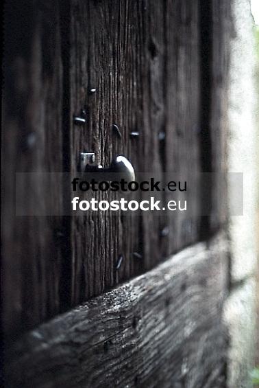 ancient wooden door with knocker<br /> <br /> alte Holztür mit Griff<br /> <br /> 565 x 378 px<br /> Original: 35 mm slide transparency