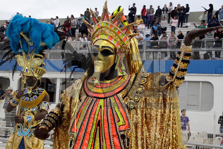 SÃO PAULO, SP, 06 DE MARÇO DE 2011 - CARNAVAL 2011 / IMPÉRIO DE CASA VERDE  - Integrante da Império de Casa Verde durante o segundo dia dos desfiles as escolas do Grupo Especial de São Paulo, no Sambódromo do Anhembi, zona norte da capital paulista, na madrugada deste domingo. (06). (FOTO: ALE VIANNA / NEWS FRE).