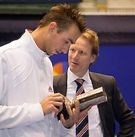 18-12-10, Tennis, Rotterdam, Reaal Tennis Masters 2010, Hendrik Jan Davids rijkt een bondswisselprijs uit aan Thomas Schoorel
