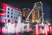 fontaine au quartier des spectacles la nuit